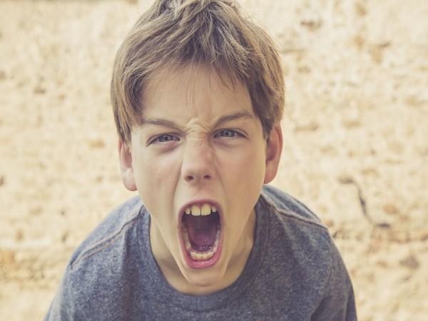 کودک بد اخلاق خود را چطور کنترل کنیم؟